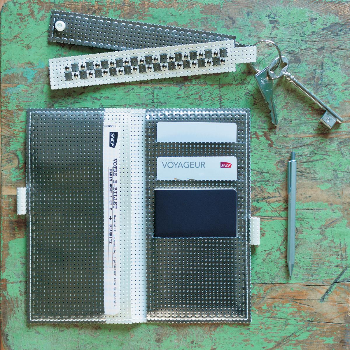 Atelier Vinyle Laqué Perforé® : La pochette de voyage